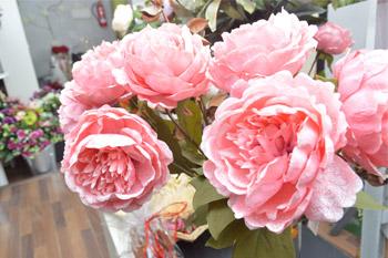 Flores y decoraciones artificiales