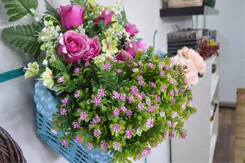 Flores coloridas artificiales